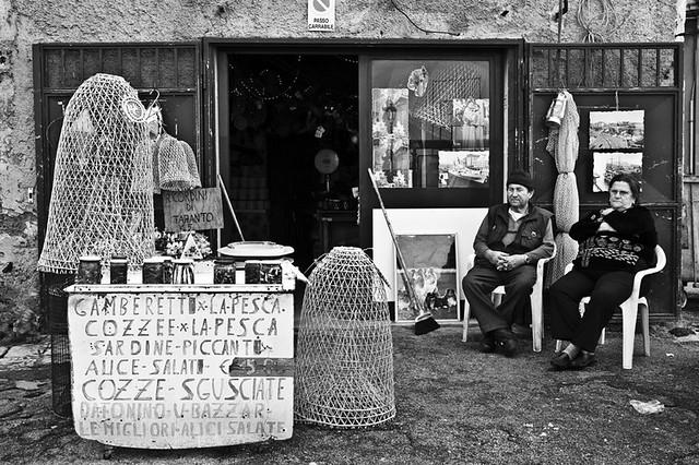 Shop assistants.. [Taranto Vecchia 2009]