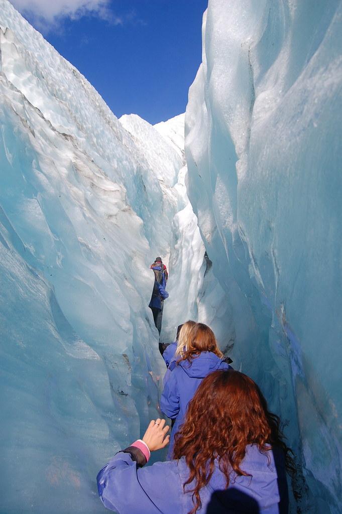 フランツジョセフ氷河をトレッキングをする人々