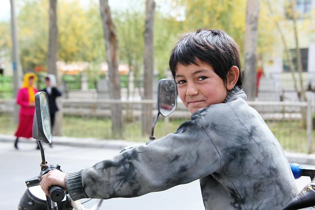 タシュクルガン、三輪バイクの少年