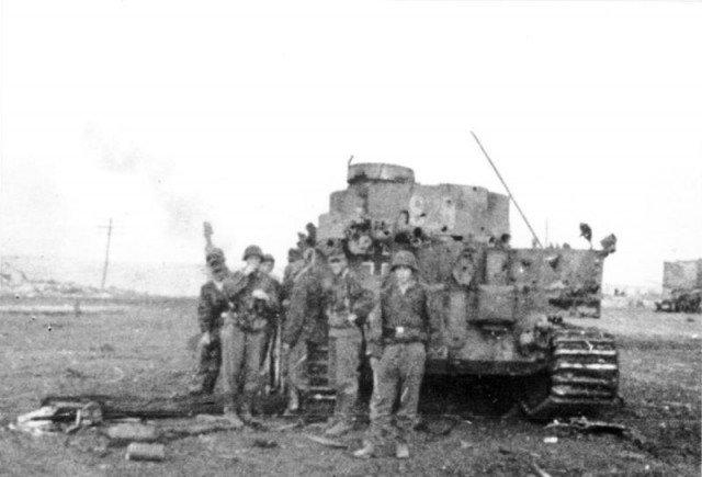 Άρμα μάχης Panzer VI με στρατιώτες των Waffen SS