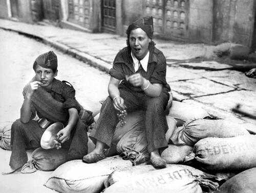 Dos milicianas toman uvas en la cuesta de las Armas el 19 de septiembre de 1936. Fotografía de Juan Guzmán (Hans Gutmann Guster) Image by © EFE/Corbis