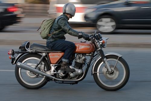 Norton 850 Commando - on the move