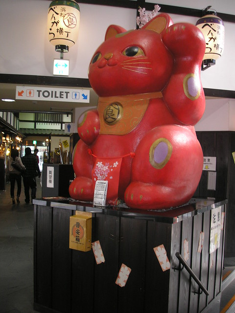 Huge red maneki neko