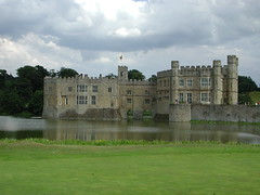 stately home, chã¢teau, castle, building, palace, manor house, estate, water castle, fortification, waterway, moat,