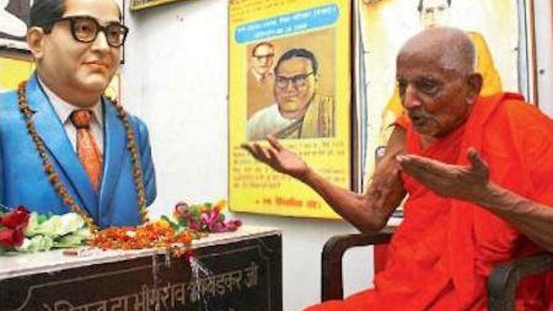 Y.M. Pragyanand (kanan) menjadi saksi hidup saat Dr. Ambedkar memeluk Agama Buddha.
