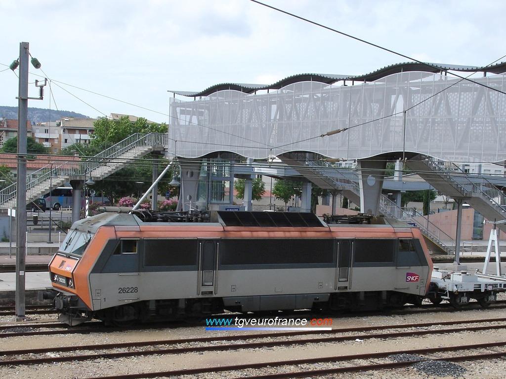 La locomotive BB 26228 SYBIC en tête d'un convoi exceptionnel