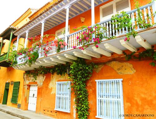 Casa con balcones de madera en el centro historico de for Casas con puertas de madera
