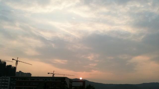 日落.  方位角295度 下午 7:11 嗯. 赶在太阳下山前.