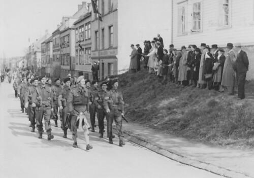 Den britiske hær marsjerer gjennom Trondheim / The British Army marching through Trondheim (1945)