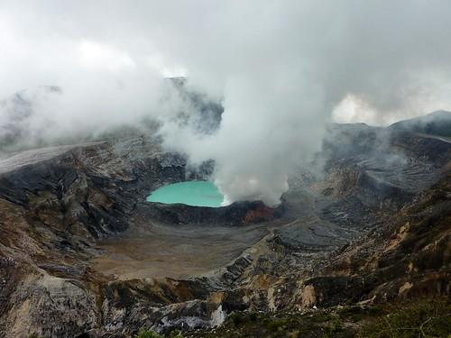 Cráter del volcán Poás, en Costa Rica