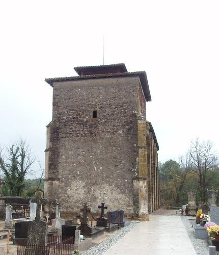 Lesgor (Landes): église romane du XII ème siècle, fortifiée au XIV ème siècle.