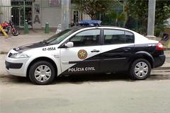 automobile(1.0), automotive exterior(1.0), family car(1.0), vehicle(1.0), police(1.0), police car(1.0), compact car(1.0), renault mã©gane(1.0), land vehicle(1.0),