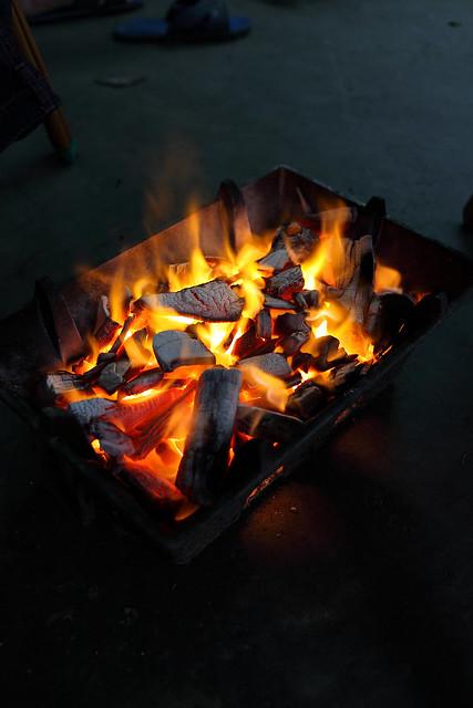 室外烧炭取暖被关