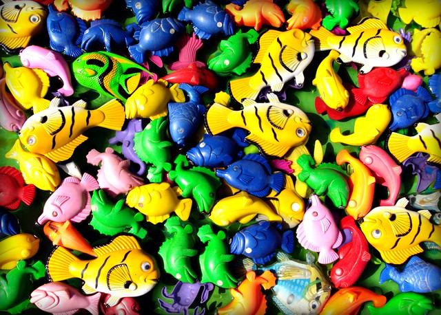 Peces de pl sticos felices flickr photo sharing for Estanques plasticos para peces