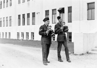 Sergeants B. Johnson and J. Dalgleish, of the RCAF Press Liaison Section, holding Anniversary Speed Graphic cameras / Les sgt B. Johnson et J. Dalgleish, de la Section de liaison avec la presse de l'ARC, avec leurs appareils Graflex Anniversary