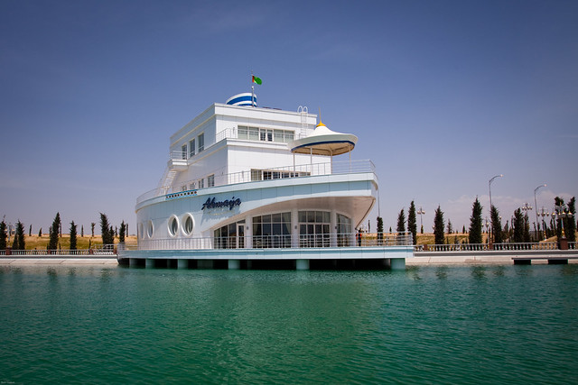 Come to Avaza and Experience the Boat-Shaped Restaurant!