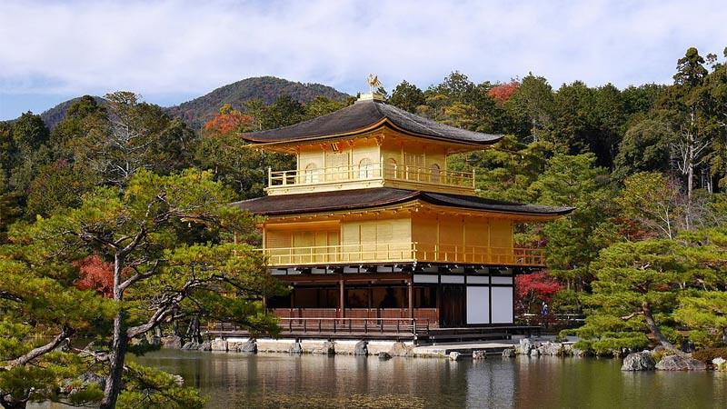 Paviliun Emas di Vihara Kinkaku (Kinkaku-ji), Kyoto, Jepang.