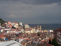 La ciudad de Lisboa aparece maravillosa desde uno de sus miradores más emblemáticos.El de San Pedro de Alcántara.  Desde esta Iglesia vemos extraordianrias vistas de la ciudad de Lisboa.  Lisboa es la capital y mayor ciudad de Portugal. Además, está catalogada como una ciudad global alfa. Situada en la desembocadura del río Tajo (Tejo), aparte de la capital del país, es también la capital del distrito de Lisboa, de la región de Lisboa, del Área Metropolitana de Lisboa, y es también el principal centro de la subregión de la Gran Lisboa. La ciudad tiene una población cercana a los 500.000 habitantes y su área metropolitana se sitúa en los 2.641.000 en una superficie de 2.957'4 km². Ésta área contiene al 27 % de la población del país. Lisboa es la ciudad más rica de Portugal.  Según la teoría de Bochart, el nombre Olissipo, designación prerromana de Lisboa provendría de los fenicios.Según esta teoría, Olisipo derivaría de Allis Ubbo o puerto seguro en fenicio, debido a que era un magnífico puerto en el estuario del río Tajo, aunque no existe ningún registro que pueda corroborar tal teoría. Según Tovar, Olisipo sería una palabra de origen tarteso ya que el sufijo ipo es frecuente en las regiones de influencia turdetano-tartésica. El prefijo 'Oli(s)' no sería único pues aparece en otra ciudad lusitana, de localización actualmente desconocida, que Pomponio Mela llamaba Olitingi.  Los griegos conocían Lisboa como Olissipo y 'Olissipona', nombre que pensaban que derivaba de Ulises, que para los romanos era Odiseo, debido a que esta fue la ciudad que, según la mitología, fue fundada por Ulises en la península ibérica tras huir de Troya y antes de partir hacia el atlántico huyendo de la Coalición Griega.  'Ibi oppidum Olisipone Ulixi conditum: ibi Tagus flumen.'  Así lo recoge también Luís de Camões en Os Lusíadas (1572), la epopeya nacional de los portugueses. Más tarde, el nombre degeneró en el latín vulgar Olissipona.  Los árabes, que tomaron la ciudad en 719, la llamaron 
