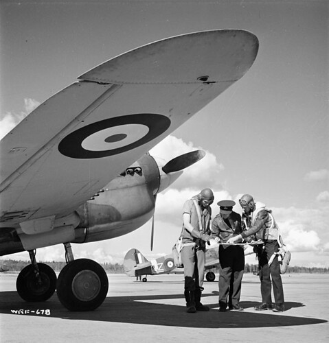 Pilots with a Curtiss Kittyhawk I aircraft of No. 111 (F) Squadron, RCAF. / Des pilotes avec un aéronef Curtiss Kittyhawk I du 111e Escadron (F), ARC.