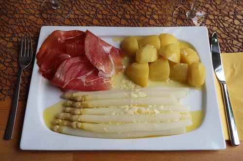 Weißer Spargel und Salzkartoffeln mit zerlassener Butter und Westfälischem Knochenschinken