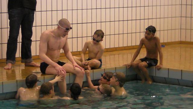 Pál talking to a bunch of kids in Sørvágur