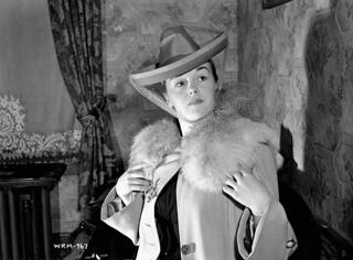 "Veronica Foster, known as ""The Bren Gun Girl,"" preparing to go to a party at the Glen Eagle Country Club, May 1941 / Veronica Foster, surnommée « la fille au fusil-mitrailleur », se prépare pour une soirée au Glen Eagle Country Club, mai 1941"