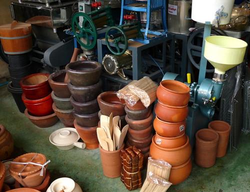 חנות כלי מטבח בצ'נטבורי, תאילנד. באמצע: מכתשי חמר שיש גם בארץ