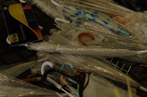 捨てられたビニール傘と、色鉛筆
