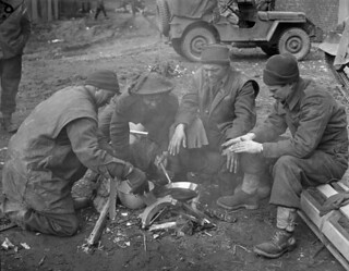 Infantrymen of the Argyll and Sutherland Highlanders of Canada around a fire near Veen, Germany, March 1945 / Soldats d'infanterie de l'Argyll and Sutherland Highlanders of Canada autour d'un feu près de Veen, Allemagne, mars 1945