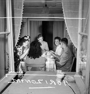 Female munitions workers at the Dominion Arsenals plant dining with friends. / Des ouvrières de l'atelier de munitions de l'usine Dominion Arsenals dînent avec des amis