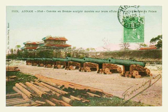 Hué - Canons en Bronze sculpté montés sur leurs affuts en bois, à l'entrée du Palais - 1905