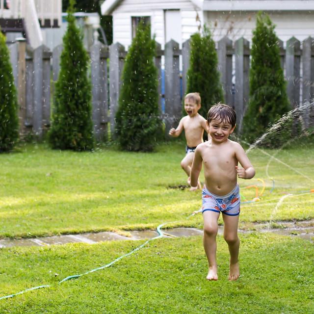 Les gars et les jeux d'eau