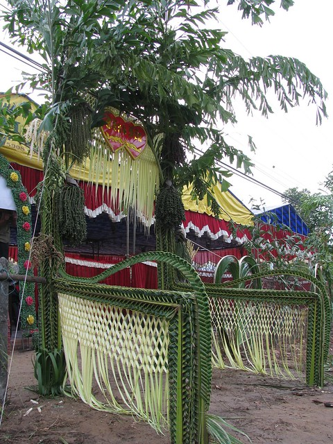 palm leaves art: wedding gates weaving ​​of coconut leaves
