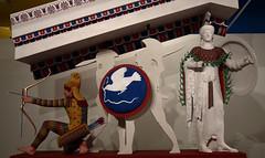 Reconstrucción policromada parcial del frontón occidental del Templo de Afaya (Egina), 490-480 a. e. El grupo original de figuras se encuentra en la Gliptoteca de Munich. Como detalle quiero destacar el escudo del guerrero: lleva pintada un águila con una serpiente. Este emblema era bien conocido y podría servir para identificar a su portador como el héreo egineta Áyax. Exposición 'El color de los dioses', Alcalá de Henares, 2010.