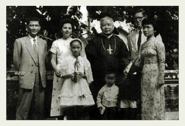 Gia đình ông bà Nhu trong dịp con gái Ngô Đình Lệ Thủy chịu phép Thêm sức