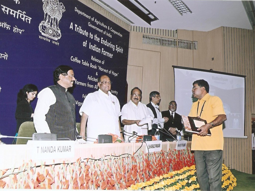 Mr. Mahambare being felicitated at the hands of Minister of Agriculture for State, Shri Sharad Pawar