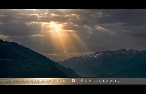 light sunlight mountain lake mountains alps water sunrise canon geotagged lights switzerland swiss thun bern rays sunrays berne meijer canton henk goldenlight magiclight faulensee lakethun floydian proframe proframephotography henkmeijer geo:lat=46674327 geo:lon=77031