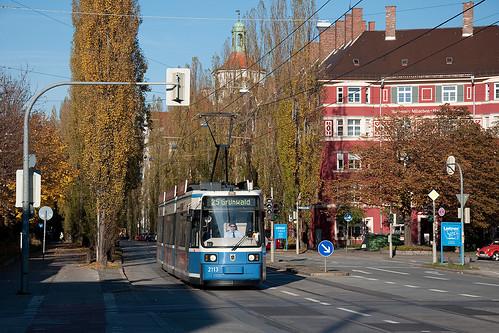 Im Herbst 2010 überquert Wagen 2113 den Gleisanschluss der Paulaner-Brauerei