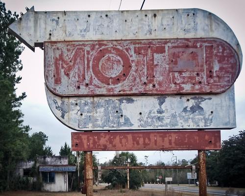 abandoned geotagged motel americana fl roadside 2010 souveniers geo:lat=30735911 geo:lon=81687889