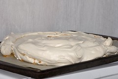pavlova, buttercream, baked goods, whipped cream, food, icing, dish, dairy product, dessert, cuisine, cream,