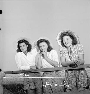 The Perry sisters, women workers of the Dominion Arsenals Ltd. plant, enjoy a day off, Sainte-Foy, Que., Aug. 24, 1942 / Les soeurs Perry, ouvrières à l'usine Dominion Arsenals Ltd., profitent d'un jour de congé, Sainte-Foy, Qc, 24 août 1942
