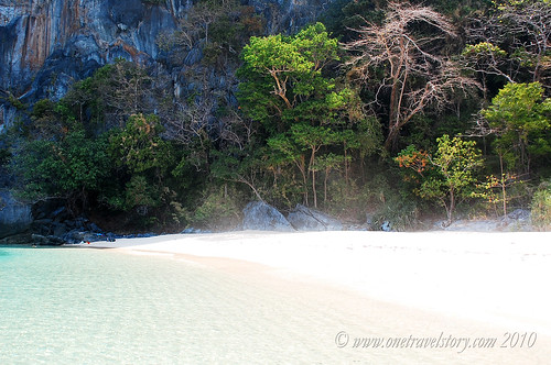 The blindingly white-sand beach of Helicopter Island, El Nido, Palawan