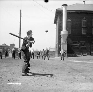 Women munitions workers play a game of baseball at the John Inglis Co. Bren gun plant. / Des ouvrières affectées aux munitions jouent une partie de baseball à l'usine de fusils-mitrailleurs Bren de la John Inglis Co