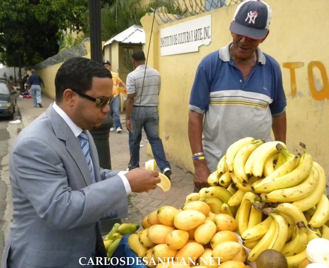 Hector Acosta comiendo frutas