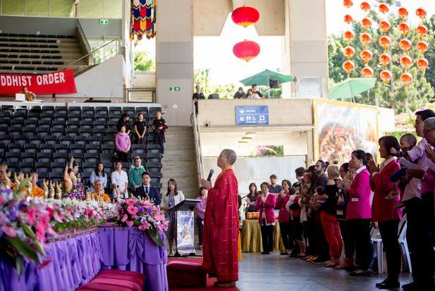 Puja bakti bersama umat Buddha dalam festival Vesak 2017 di Queensland, Australia.