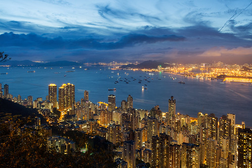 hongkong hongkongisland central kowloon lugardroad bluehour cityscape citylandscape city citycentre citylights victoriaharbour boats sky dusk thepeak
