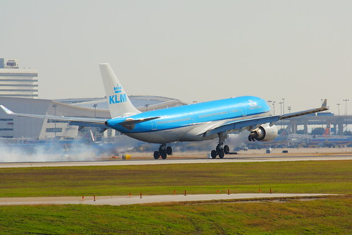 PH-AOE Smokin' on DFW 18R!