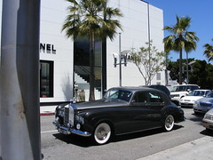 rolls-royce phantom(0.0), automobile(1.0), automotive exterior(1.0), rolls-royce(1.0), vehicle(1.0), automotive design(1.0), rolls-royce silver cloud(1.0), compact car(1.0), antique car(1.0), sedan(1.0), vintage car(1.0), land vehicle(1.0), luxury vehicle(1.0), motor vehicle(1.0),