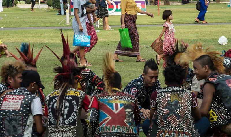 Sejumlah warga Myanmar melakukan pertemuan para punk lengkap dengan berpakaian pakaian ala punk di pinggiran kota Yangon untuk merayakan Tahun Baru Thingyan 2017