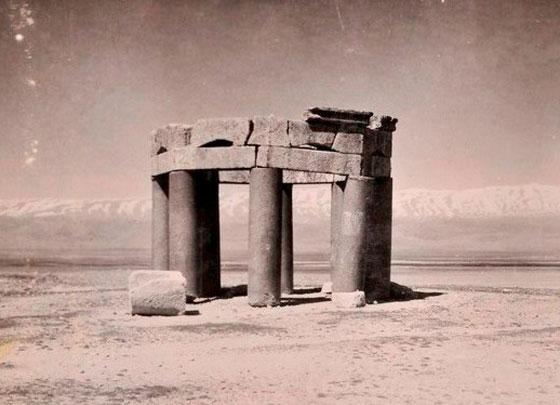 ח'ליל ראאד: בעל בק, שרידי מאוזולאום (מבנה קבורה) בעל שמונה עמודים